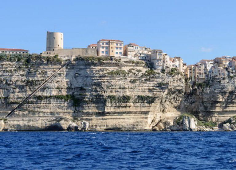 5 įspūdingiausi miesteliai ant uolų